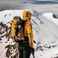 freecampi coronando la Cerdaña con su @deuter_spain Guide 35+, un mes antes de empezar este año de confinamiento.   📸 Foto by @jandervaart.