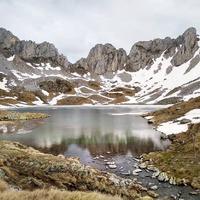 Imponente el Ibón de Acherito 1.875 m, el lago más occidental de los ibones del Pirineo.   Se accede por el Valle de Hecho, después de atravesar la Selva de Oza. Está situado en el término municipal de Ansó, dentro del Parque Natural de los Valles Occidentales (Huesca - Pirineos - España).  📷 Photo by: @sylvia.muela
